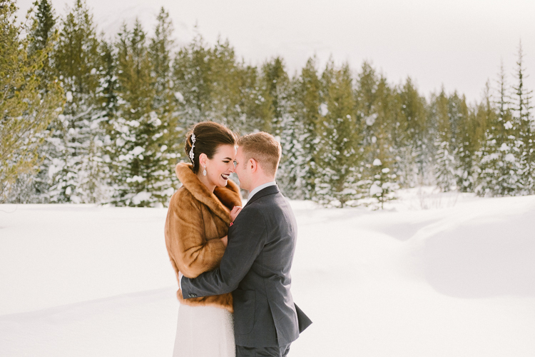 winter wedding photos in the snow